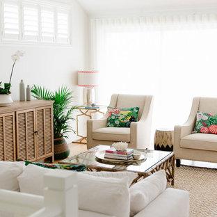 ブリスベンの広いビーチスタイルのおしゃれなLDK (フォーマル、白い壁、淡色無垢フローリング、暖炉なし、据え置き型テレビ) の写真