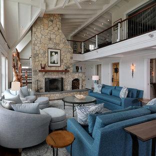 Idee per un ampio soggiorno stile marinaro aperto con pareti bianche, pavimento in legno massello medio, cornice del camino in pietra e sala formale