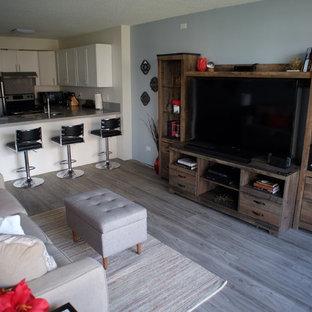 Kleines Klassisches Wohnzimmer mit blauer Wandfarbe, Linoleum, freistehendem TV und grauem Boden in Hawaii