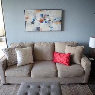 ハワイの小さいトラディショナルスタイルのおしゃれなリビング (青い壁、リノリウムの床、据え置き型テレビ、グレーの床) の写真