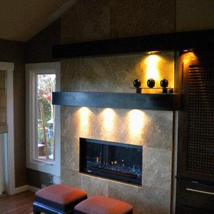 Ispirazione per un soggiorno design di medie dimensioni con pareti marroni, pavimento in legno massello medio, camino classico, cornice del camino piastrellata e pavimento marrone