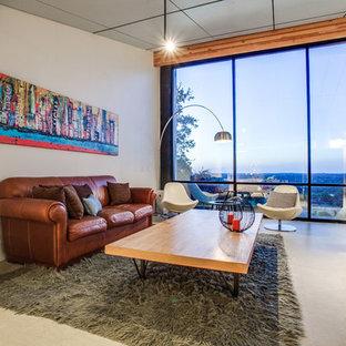 Diseño de salón para visitas abierto, minimalista, de tamaño medio, sin televisor, con paredes grises, suelo de linóleo, estufa de leña y marco de chimenea de ladrillo