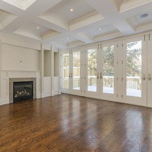 トロントの中サイズのコンテンポラリースタイルのおしゃれなLDK (白い壁、濃色無垢フローリング、暖炉なし、ベージュの床) の写真