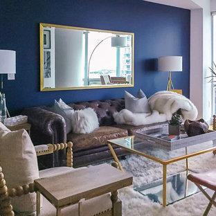 ニューヨークの小さいトランジショナルスタイルのおしゃれなLDK (マルチカラーの壁、暖炉なし、据え置き型テレビ、ラミネートの床、茶色い床) の写真