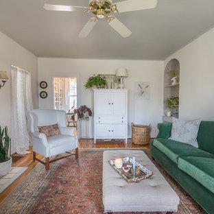 他の地域の小さいシャビーシック調のおしゃれな独立型リビング (白い壁、無垢フローリング、標準型暖炉) の写真