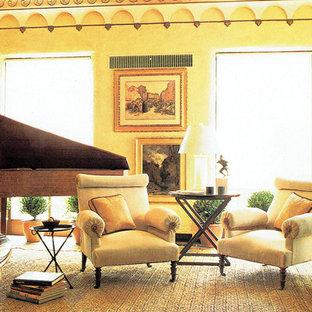 ニューヨークの広いトラディショナルスタイルのおしゃれな独立型リビング (ミュージックルーム、茶色い壁、暖炉なし、テレビなし) の写真