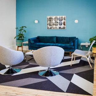 ニューヨークの中サイズのミッドセンチュリースタイルのおしゃれなLDK (青い壁、淡色無垢フローリング、暖炉なし、テレビなし) の写真