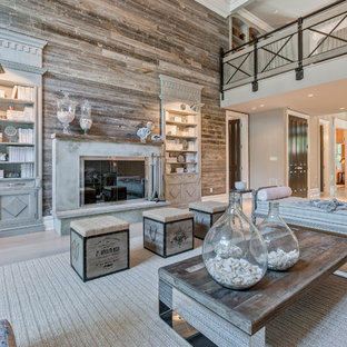 Esempio di un grande soggiorno stile marinaro aperto con moquette, camino classico, cornice del camino in cemento, nessuna TV, pareti grigie e pavimento bianco