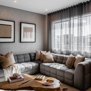 Imagen de salón papel pintado, actual, papel pintado, con paredes grises, moqueta, suelo beige y papel pintado