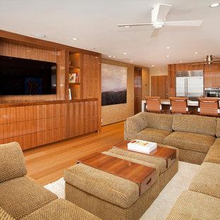 Mittelgroßes, Offenes Modernes Wohnzimmer ohne Kamin mit beiger Wandfarbe, braunem Holzboden und Multimediawand in Orange County