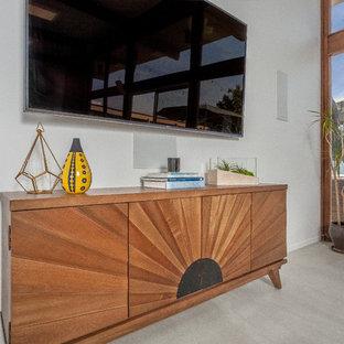Großes, Offenes Mid-Century Wohnzimmer ohne Kamin mit weißer Wandfarbe, Betonboden und Wand-TV in Orange County