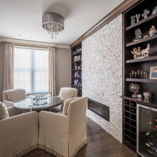 Imagen de salón para visitas cerrado, tradicional renovado, pequeño, con paredes beige, suelo de madera oscura, chimenea tradicional y suelo marrón