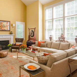 Ispirazione per un grande soggiorno tradizionale aperto con pareti gialle, parquet chiaro, camino classico e cornice del camino piastrellata