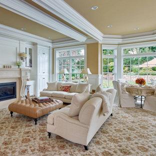 Réalisation d'un salon tradition ouvert avec un mur jaune, moquette, une cheminée standard, un sol beige, un plafond décaissé et boiseries.