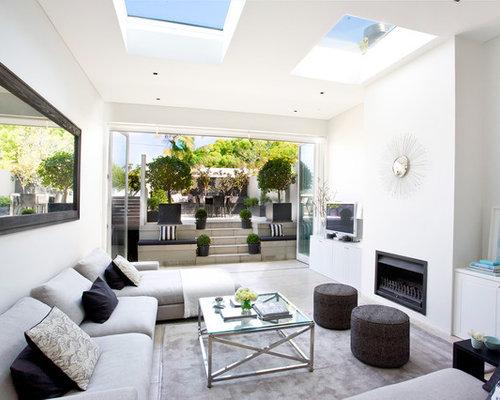 Wohnzimmer mit kaminsims aus beton und travertin ideen - Wandfarbe beton ...