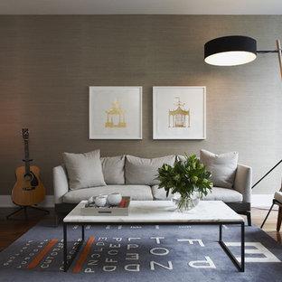 Immagine di un soggiorno minimal di medie dimensioni e aperto con pareti grigie, pavimento in legno massello medio, sala formale, nessun camino, nessuna TV e pavimento marrone