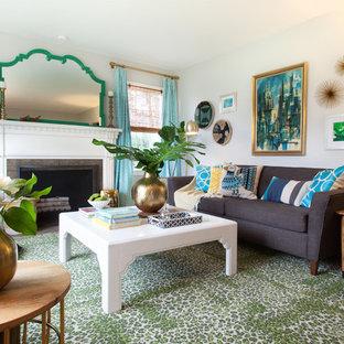 ポートランドの小さいミッドセンチュリースタイルのおしゃれなリビング (グレーの壁、淡色無垢フローリング、標準型暖炉、石材の暖炉まわり、壁掛け型テレビ) の写真