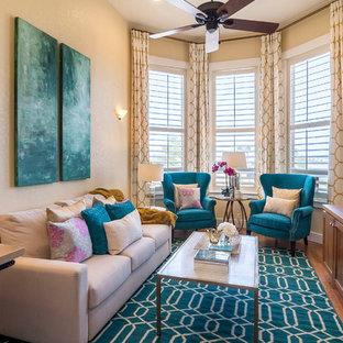Ispirazione per un soggiorno chic di medie dimensioni e chiuso con libreria, pareti gialle, parquet chiaro, nessun camino e nessuna TV