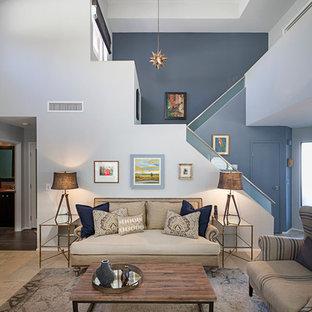 Immagine di un soggiorno minimalista di medie dimensioni e stile loft con sala formale, pareti grigie, pavimento in pietra calcarea e TV a parete