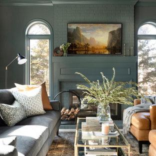ミネアポリスのトランジショナルスタイルのおしゃれなリビング (緑の壁、両方向型暖炉) の写真