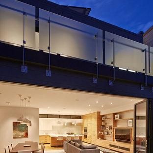 Ispirazione per un soggiorno contemporaneo aperto con pareti bianche, pavimento in legno massello medio e parete attrezzata