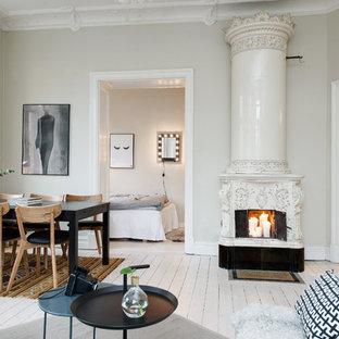 Diseño de salón para visitas escandinavo, grande, con paredes beige, suelo de madera pintada y estufa de leña