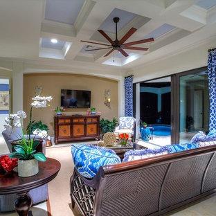 マイアミの中サイズのトロピカルスタイルのおしゃれなLDK (ベージュの壁、壁掛け型テレビ、白い床) の写真