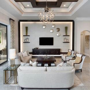 マイアミの中サイズのトランジショナルスタイルのおしゃれなLDK (フォーマル、ベージュの壁、ライムストーンの床、暖炉なし、壁掛け型テレビ、白い床) の写真