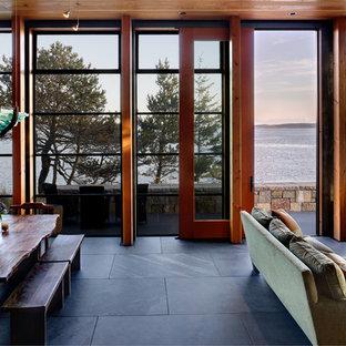 シアトルの中くらいのラスティックスタイルのおしゃれなLDK (スレートの床、黒い床) の写真