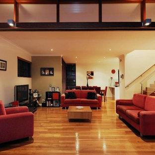 Immagine di un piccolo soggiorno minimal aperto con pareti verdi e parquet chiaro