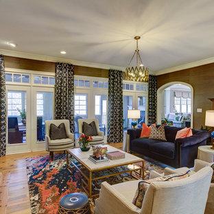 Ispirazione per un soggiorno classico di medie dimensioni e aperto con pareti marroni, parquet chiaro, camino classico e cornice del camino in pietra