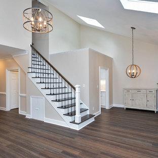 ローリーの中サイズのトランジショナルスタイルのおしゃれな独立型リビング (フォーマル、ベージュの壁、濃色無垢フローリング、標準型暖炉、タイルの暖炉まわり、壁掛け型テレビ、白い床) の写真