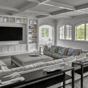 Ejemplo de biblioteca en casa cerrada, clásica renovada, grande, sin chimenea, con paredes blancas, suelo de madera oscura, pared multimedia y suelo negro