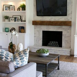 Ejemplo de salón de estilo de casa de campo con suelo de madera en tonos medios