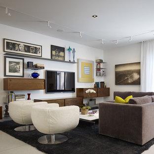 Modern inredning av ett vardagsrum, med vita väggar och en väggmonterad TV