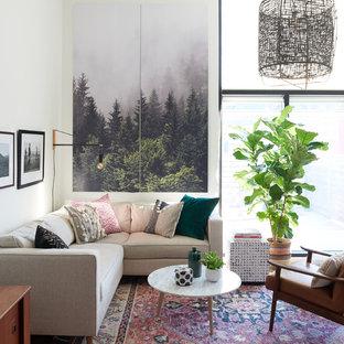 トロントの中サイズのモダンスタイルのおしゃれな独立型リビング (白い壁、フォーマル、無垢フローリング、暖炉なし、テレビなし、茶色い床) の写真