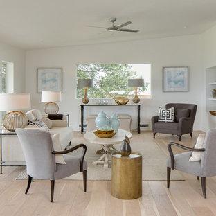 Idee per un soggiorno minimal aperto con sala formale, pareti bianche, parquet chiaro e camino lineare Ribbon