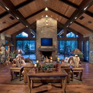フェニックスの中くらいのラスティックスタイルのおしゃれなLDK (無垢フローリング、標準型暖炉、石材の暖炉まわり、壁掛け型テレビ) の写真