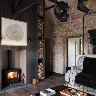 他の地域の中くらいのラスティックスタイルのおしゃれなLDK (茶色い壁、濃色無垢フローリング、埋込式メディアウォール、茶色い床、三角天井、板張り壁) の写真