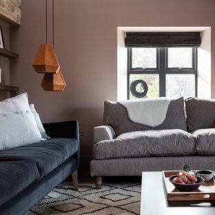 他の地域の中くらいのコンテンポラリースタイルのおしゃれなLDK (茶色い壁、濃色無垢フローリング、埋込式メディアウォール、茶色い床、三角天井、板張り壁) の写真