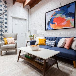 Ispirazione per un piccolo soggiorno tradizionale stile loft con angolo bar, pareti bianche, pavimento in laminato, nessun camino, nessuna TV e pavimento beige