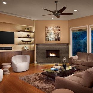オースティンの広いコンテンポラリースタイルのおしゃれなLDK (コーナー設置型暖炉、ベージュの壁、無垢フローリング、石材の暖炉まわり、壁掛け型テレビ) の写真