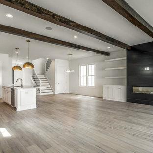 Ejemplo de salón abierto, moderno, con paredes blancas, suelo de madera en tonos medios, chimenea tradicional, marco de chimenea de metal y suelo marrón