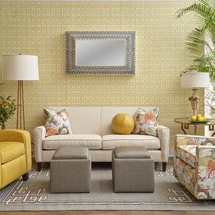 Immagine di un soggiorno tradizionale di medie dimensioni e chiuso con sala formale, pareti gialle, parquet scuro, nessun camino e nessuna TV