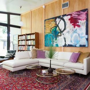 Immagine di un soggiorno minimalista con libreria, pareti marroni, pavimento in linoleum, nessun camino e nessuna TV