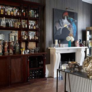 Idéer för att renovera ett vintage vardagsrum, med mellanmörkt trägolv, en standard öppen spis och en spiselkrans i sten