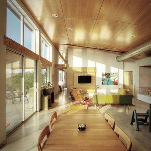 Offenes Industrial Wohnzimmer mit weißer Wandfarbe und Betonboden in Austin