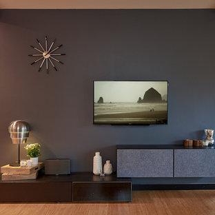 シアトルの中くらいのモダンスタイルのおしゃれなLDK (黒い壁、竹フローリング、壁掛け型テレビ) の写真