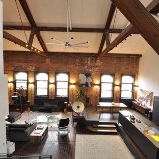 Modelo de salón tipo loft, industrial, de tamaño medio, sin chimenea, con paredes marrones, suelo de madera oscura y suelo marrón