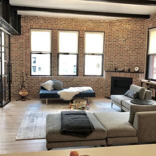 Idéer för ett mellanstort industriellt loftrum, med en öppen hörnspis, en spiselkrans i tegelsten och brunt golv